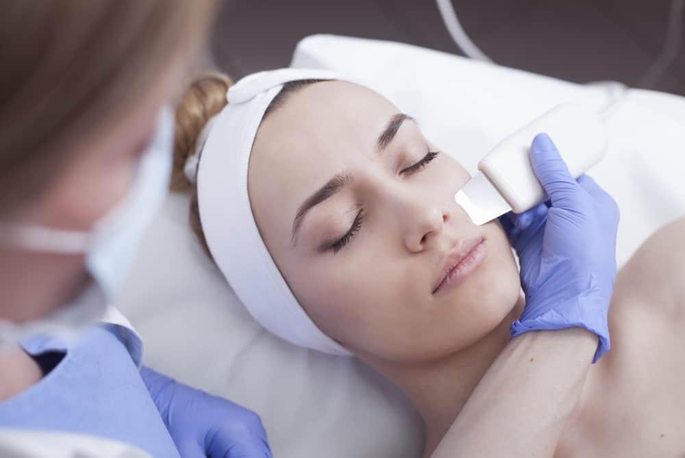 טיפול בגלי אולטרה סאונד למיצוק העור והצערתו