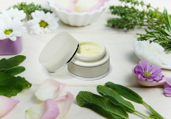 תכשירים לעור הפנים: מתי מומלץ להתחיל?